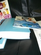 墨字と点字の教科書の厚さを比較した写真